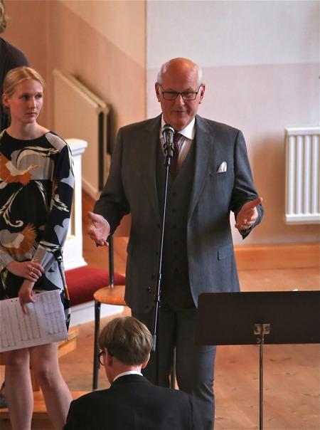 Anders Andersson hälsade alla välkomna till Midsommardagskonserten.