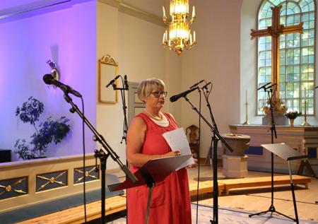 Kerstin Wallmyr hälsade alla välkomna till Holmedals kyrka och lämnade över ordet till Kommunalråd Daniel Schützer.