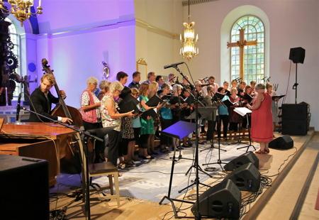Körerna Con Brio och Happy Voices, under ledning av Kerstin Wallmyr, sjöng Strövtåg i hembygden.