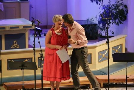 Kyrkoherdens hustru Kerstin Wallmyr fick ett extra varmt tack i form av en puss.