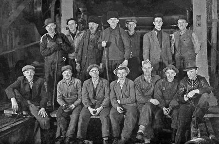 Några ur arbetsstyrkan vid pappersfabriken i Hån. Foto: okänd / kopia Bengt Erlandsson.