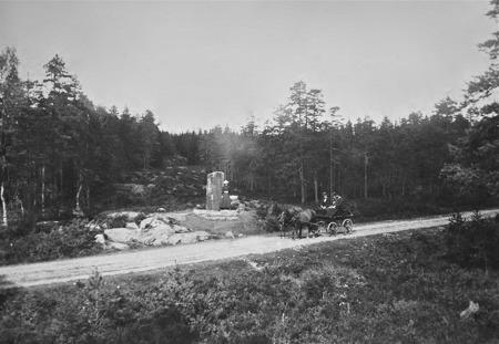 Riksgränsstenen vid vägen mellan Hån och Örje. Foto: okänd / Nordmarksstugans fotoarkiv.