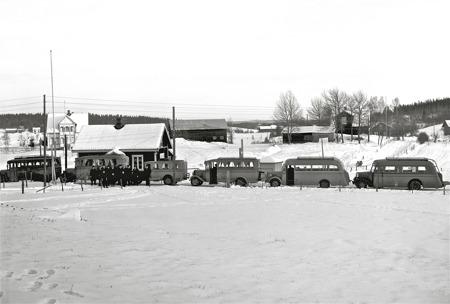 Leopold Anderssons bussar vid tullstationen i Hån 1939. Foto: Axel Gunnar Ödvall / Årjängs kommun bildbank.