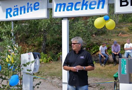 Owe Lindström, chef för kommunens Medborgarservice, höll det inledande talet när Ränke Macken invigdes.