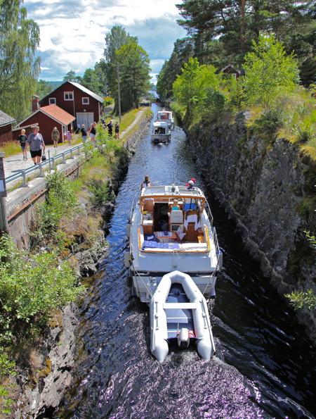 Turistbåtstrafiken var livlig vid Lennartsfors slussar.