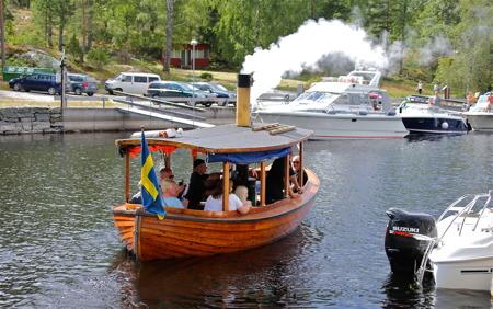 Ångbåten Hamfri gjorde turer hela dagen.