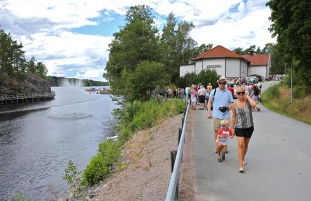 Lennartsfors har fått en ny attraktion - den nya fontänen i kanalen.