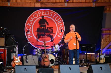 Rikard Ohlin hälsade alla välkomna till Sillerud och konserten med årets artister i Packmopedsturnén.