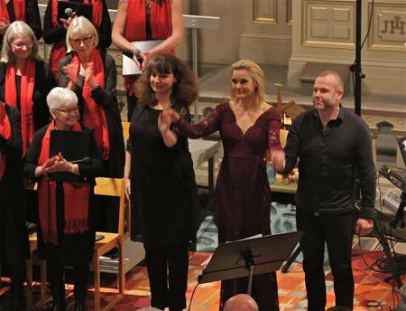 Kantor Anna Danielsson, Sofia Källgren och musiker Niklas Tinnborg.