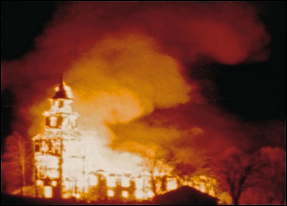 Den tragiska natten i oktober 1983 då Östervallskogs kyrka brann ner till grunden / foto : okänd