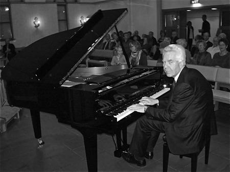 Invigningen av nya flygeln i Östervallskogs kyrka den 27 oktober 2012. Pianisten Björn Strandvold från Oslo med sommarhus i Bottner håller invigningskonsert / foto : Runar Patriksson.