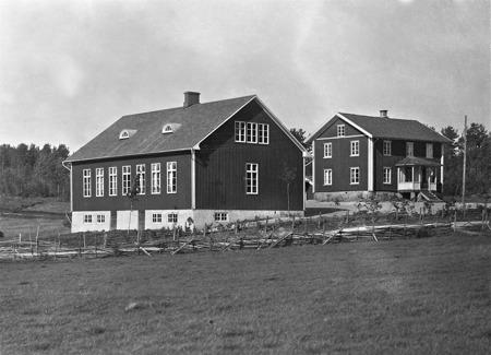 Sockenstugan och nya skolhuset i Bön Östervallskog.