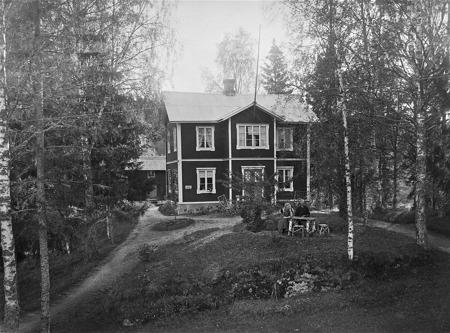 Lärarebostaden i Boviken Östervallskog. Första våningen byggd omkring 1884 och andra våningen 1900.