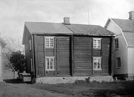 Väststugan i Bottner Östervallskog. Moderniserad gammal Nordmarksstuga.