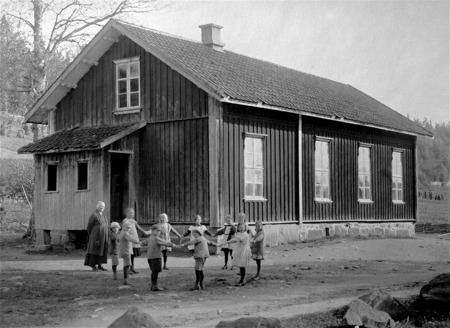 Ivarsbyns skola i Östervallskog före ombyggnaden 1925. Skolan byggdes 1873.