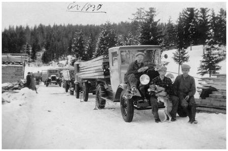 Lastning av sågade trävaror vid virkesupplaget i Boviken 1930.