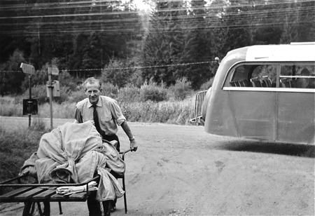 GDG-bussen har stannat i Boviken. Chauffören Rudolf Ringsby levererar post till Bovikens Poststation.