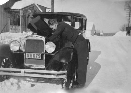 Alf Ringsby med bilen i Östervallskog 1937.