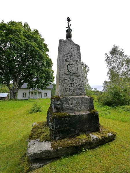 Carl XII:s sten i Kyrkobyn Östervallskog. Utförd av Olof Andersson, invigd av pastor E A Unger 1883.