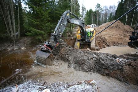 5 december 2016 - Tätning av fördämningen som styr bort vattnet under byggtiden.