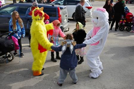 Vid förskolan Pillret värmde man upp inför Påskparaden.