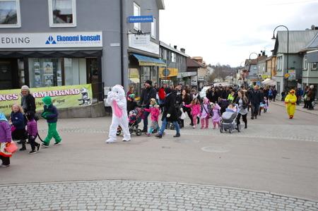 Påskparaden gick längs med Storgatan upp till Årjängstrollet.