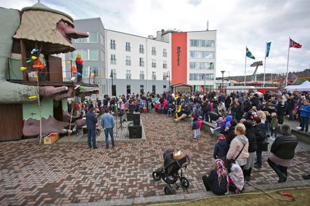 Samling vid Årjängstrollet för utdelning av godis och dricka.