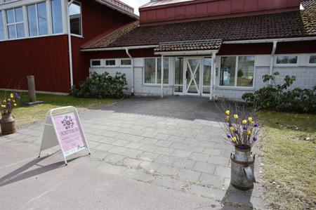 Lena Hautoniemi målade i foajén på Kyrkeruds Folhhögskola.