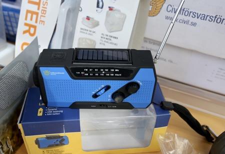 FM-radio som drivs med batterier, solceller eller genom att man vevar ström ( dynamo ). Radion finns att köpa i Civilförsvarsförbundets webbshop www.civil.se