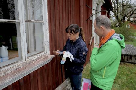 17 maj 2017 - Antikvarie Maud Forsberg och Roger Adolfsson från företaget Krokfors finsnickeri diskuterar renoveringen av fönstren.