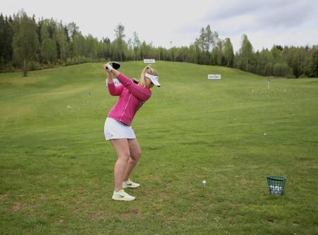 Zandra Nilssons mäktiga sving skickar iväg bollen 200 meter.