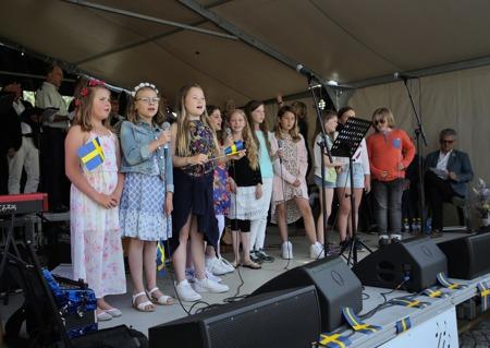 Kyrkans barnkör sjöng under ledning av Julia Tsubina.