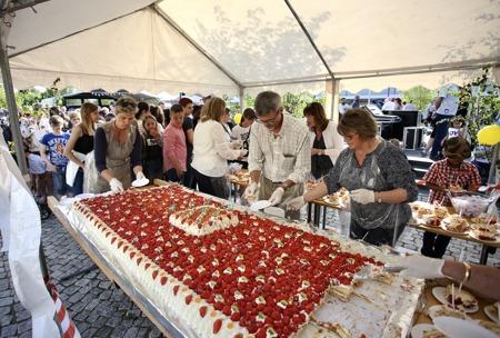 Firandet avlutades med stort tårtkalas.