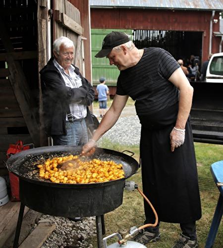 Köttmästaren Rolf Thorsson lagade grillmat.