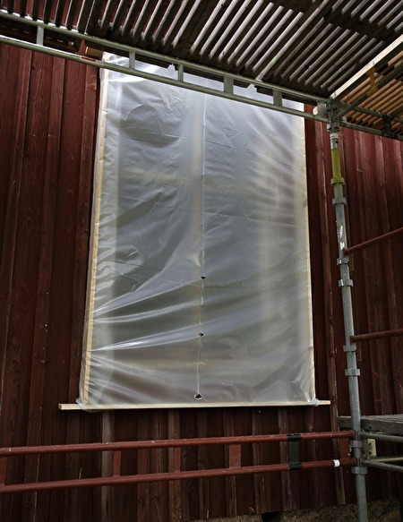 26 juli 2017 - Grundarbetet på första fönstret är klart och karmen är inoljad.