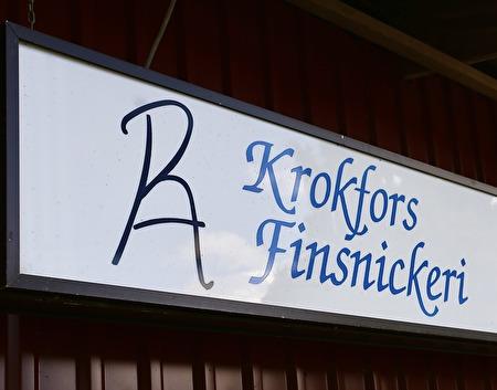 2 augusti 2017- Roger Adolfsson vid Krokfors Finsnickeri renoverar fönstren på Långelanda Tingshus. Fönsterkarmarna renoveras på plats i Långelanda, fönsterbågarna renoveras i snickeri-verkstan i Krokfors.
