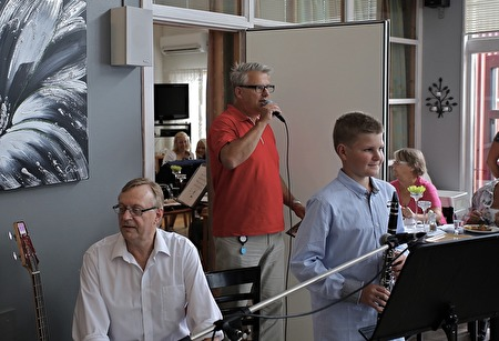 Owe Lindström från kommunen hälsade alla välkomna till Musikskolans lunchmusik.