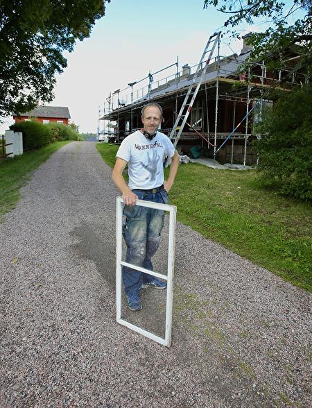 21 augusti 2017 - Roger Adolfsson tar med fönster-bågarna till snickeriet i Krokfors, för renovering.