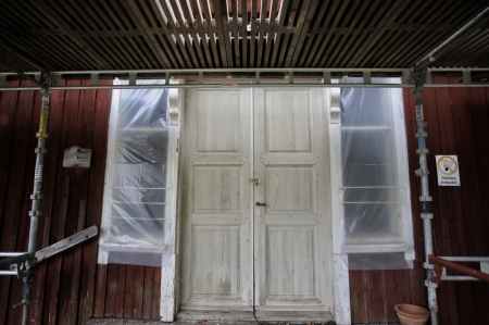 18 september 2017 - Tingshusets samtliga fönster-bågar är borttagna för renovering.