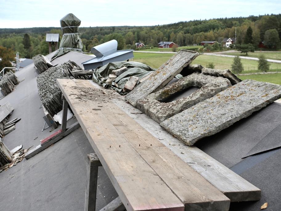 18 september 2017 - Nu har restaureringen av de gamla skorstenarna på Långelanda Tingshus startat.