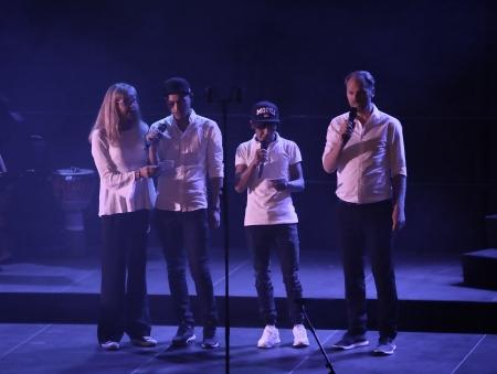 """Ted Gärdestads """"Jag vill ha en egen måne"""" - allsång med bl a ungdomar från Clarabo."""