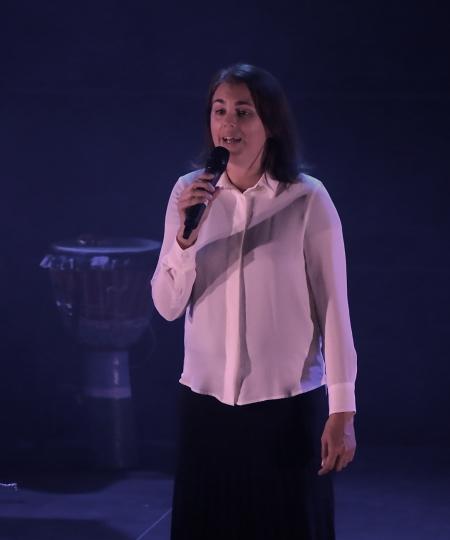 """Ulrika Lindkvist sjöng """"Sverige"""" tillsammans med kören."""