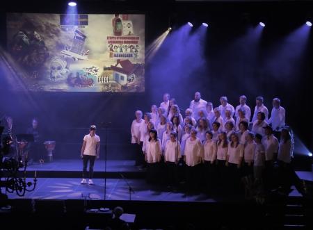 """Kören sjöng Ted Gärdestads """"Himlen är oskyldigt blå"""" och Esmat Muradi rappade."""