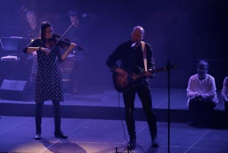 """Pär-Erik Eriksson och Maria Larsson framförde musikstycket """"De som byggde landet""""."""