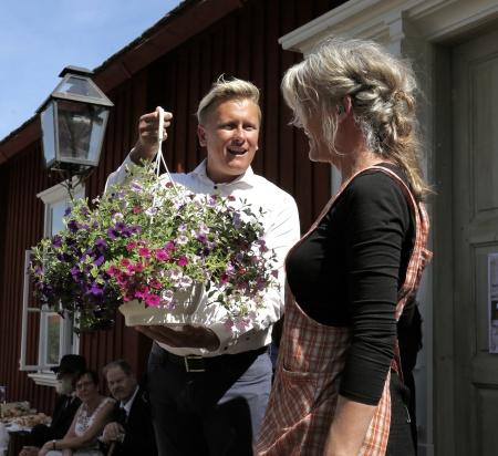 Daniel Schützer överlämnade en blomma till Kristina Nilsson, för hennes stora och värdefulla arbetsinsats.