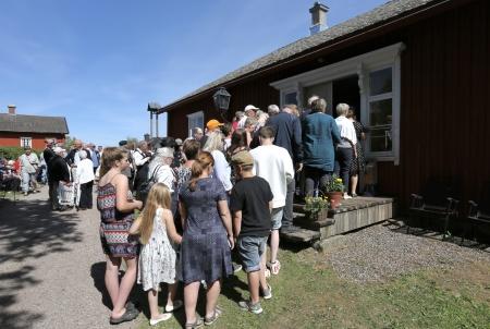 Många ville in i tingshuset för att se spelet om rättegången mot Kyrkoherden Anders Lindbäck.