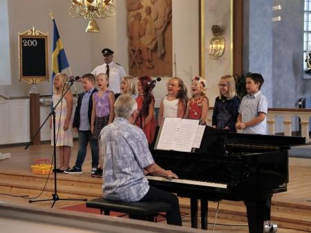 Barn från klass 2 B vid Nordmarkens skola sjöng under ledning av Torsten Wilhelmsson.