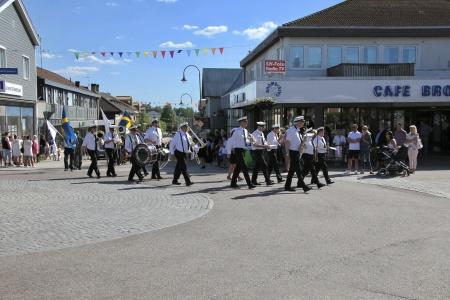 Gruvöns Musikkår från Grums gick först i kortegen från Silbodals kyrka till firandet på Claras torg.