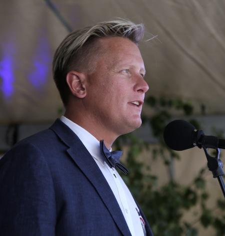 Kommunalrådet  Daniel Schützer hälsade alla välkomna till Nationaldagsfirandet i Årjäng.