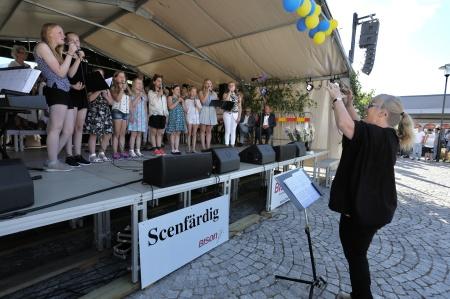 Urbandets kör och Musikskolans barn- och ungdomskör sjöng från scenen, under ledning av  Carina Sonesson-Olsson.
